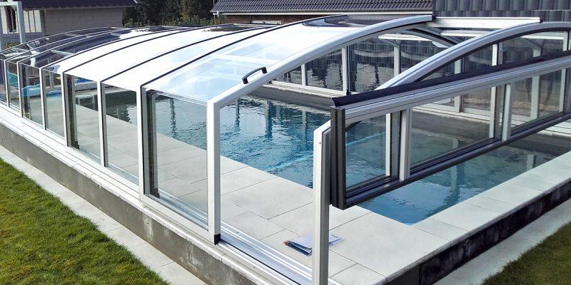 Die Schwimmbadueberdachung mit senkrechten Seitenstreben