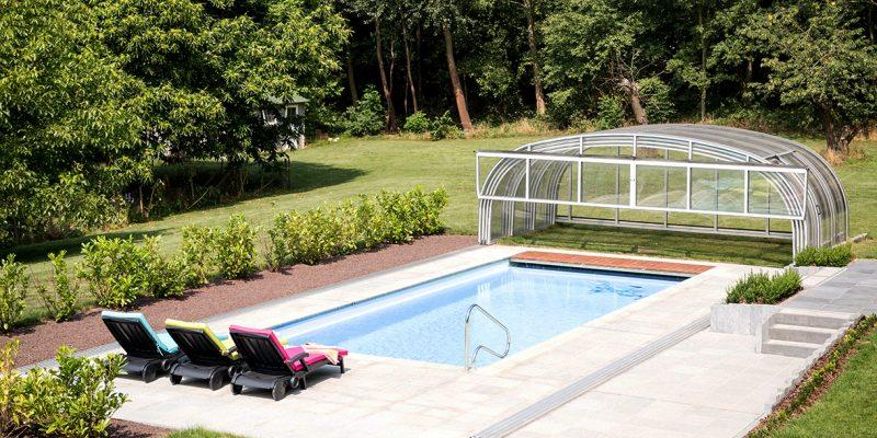 Hohe geoeffnete Schwimmbadueberdachung