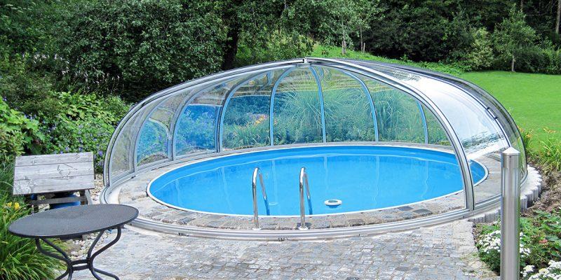 Runde halb-geoeffnete Schwimmbadueberdachung