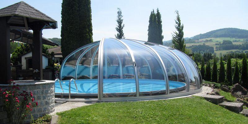 Runde teils geöffnete Schwimmhalle
